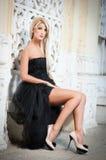 Красивейшая женщина в черный представлять платья напольный Стоковое Изображение RF