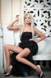 Красивейшая женщина в черный представлять платья напольный Стоковое Изображение