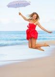 Красивейшая женщина гуляя на тропический пляж стоковая фотография