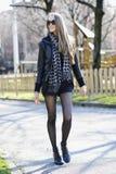 Красивейшая женщина гуляя в парк Стоковое Изображение
