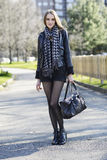Красивейшая женщина гуляя в парк Стоковые Фотографии RF