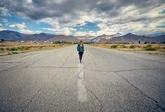 Красивейшая женщина гуляя на дорогу стоковая фотография