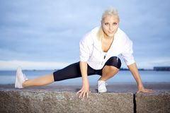 Красивейшая женщина делая протягивающ тренировку Стоковое фото RF