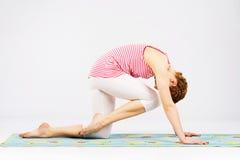 Красивейшая женщина делая протягивающ тренировку Стоковое Изображение RF
