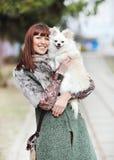 Красивейшая женщина держа ее маленького щенка Стоковая Фотография RF