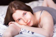Красивейшая женщина лежа на кровати стоковое изображение rf
