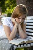 Красивейшее чтение женщины Стоковые Фотографии RF
