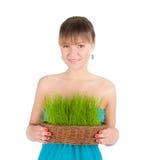 Красивейшая женщина держа корзину пасхи с зеленой травой Стоковое фото RF