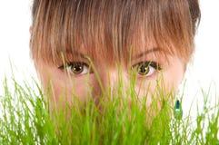 Красивейшая женщина держа корзину пасхи с зеленой травой Стоковое Изображение