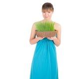 Красивейшая женщина держа корзину пасхи с зеленой травой Стоковые Изображения RF