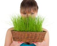 Красивейшая женщина держа корзину пасхи с зеленой травой Стоковое Фото