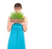 Красивейшая женщина держа корзину пасхи с зеленой травой Стоковое Изображение RF