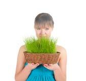 Красивейшая женщина держа корзину пасхи с зеленой травой Стоковые Фотографии RF