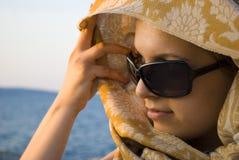 красивейшая женщина захода солнца шарфа Стоковое Фото