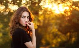 красивейшая женщина захода солнца против предпосылки голубые облака field wispy неба природы зеленого цвета травы белое Стоковая Фотография RF