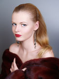 красивейшая женщина зимы шерсти пальто Стоковое Изображение