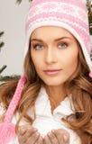 красивейшая женщина зимы шлема Стоковое Изображение RF