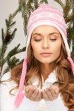 красивейшая женщина зимы шлема Стоковые Изображения