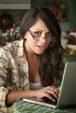 красивейшая женщина компьютера сотрястенная latina Стоковая Фотография