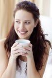 красивейшая женщина кофейной чашки кровати выпивая Стоковые Фото