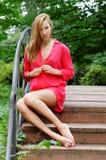 красивейшая женщина красного цвета платья Стоковое Изображение RF