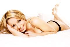 красивейшая женщина кровати Стоковая Фотография