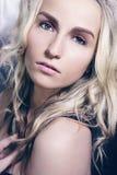 красивейшая женщина курчавых волос длинняя Стоковая Фотография RF