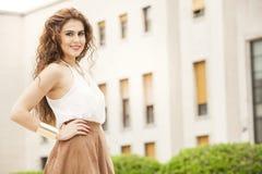 красивейшая женщина курчавых волос Урбанский взгляд стоковые изображения