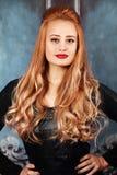 красивейшая женщина курчавых волос стоковое изображение