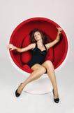 Красивейшая женщина лежа на белой софе, дальше Стоковая Фотография RF