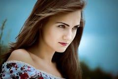 красивейшая женщина Молодая милая женщина нося платье в ou парка стоковые изображения rf