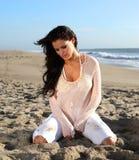 Красивейшая женщина на пляже стоковое изображение rf