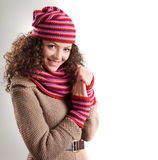 Красивейшая женщина одетьла в усмехаться одежд зимы Стоковое фото RF