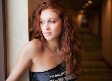 красивейшая женщина окна гостиницы Стоковая Фотография