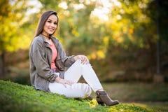 красивейшая женщина парка стоковая фотография rf