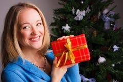 красивейшая женщина подарка рождества Стоковая Фотография RF