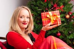 красивейшая женщина подарка рождества Стоковое Изображение RF