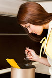 Красивейшая женщина подготовляя макаронные изделия Стоковое Изображение