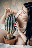 красивейшая женщина портрета крупного плана кактуса Стоковая Фотография