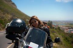 красивейшая женщина портрета мотоцикла Стоковая Фотография RF