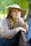 красивейшая женщина портрета шлема Стоковое Изображение RF