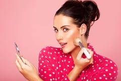 Красивейшая женщина прикладывая blusher Стоковое Фото