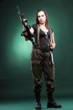 Женщина с пушкой - красивейшая женщина армии с пластмассой винтовки Стоковое Фото