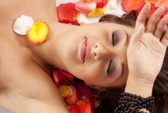 красивейшая женщина роз портрета лепестков Стоковые Фотографии RF