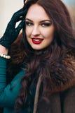 красивейшая женщина роскоши шерсти пальто Стильная женщина брюнет в коричневом пальто молодая сексуальная чувственная обольстител Стоковые Фото