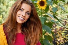 красивейшая женщина сада стоковое изображение rf