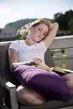 Красивейшее чтение женщины Стоковая Фотография