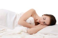 Красивейшая женщина спит в кровати Стоковая Фотография