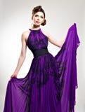 Красивейшая женщина способа в пурпуровом длиннем платье Стоковое фото RF
