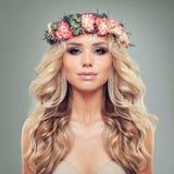 красивейшая женщина стороны Молодая женщина с венком цветков Стоковая Фотография